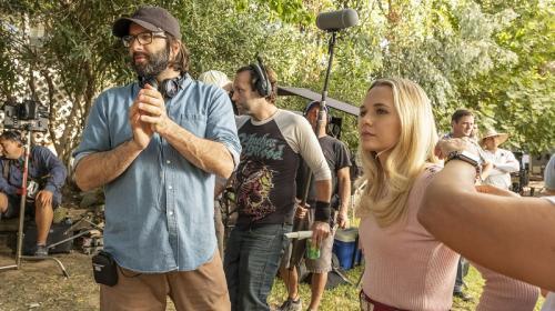 Sutradara Gary Dauberman dan Madison Iseman di lokasi syuting Annabelle Comes Home. (Foto: Warner Bros. Pictures/Justin Lubin)