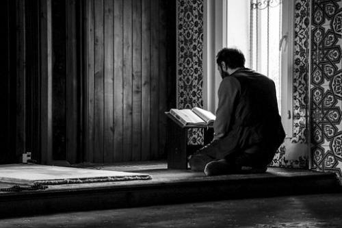 Muslim berdoa untuk mengatasi gangguan setan