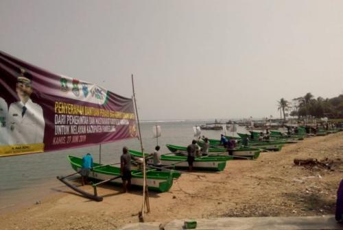 MNC Peduli Menyalurkan 15 Unit Kapal dari Pemerintah Kabupaten Tangerang untuk Korban Tsunami Selat Sunda di Pandeglang, Banten (foto: Ist)