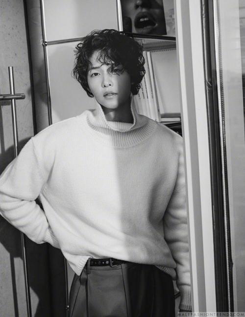 Di tengah proses perceraiannya, Song Joong Ki mulai disibukkan dengan syuting film Victory. (Foto: Esquire)