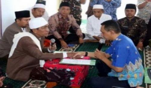 Pejabat daerah asal Sumenep mengucapkan kalimat sahadat sebagai tanda masuk Islam