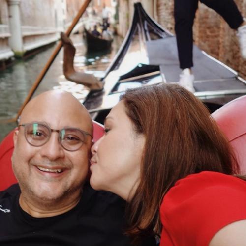 Saat berlibur ke Venesia, Italia, Maia Estianty merekam momen romantisnya dengan sang suami, Irwan Mussry. (Foto: Instagram)