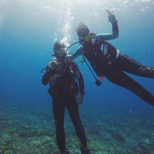 Chelsea Islan dan Rob diving bersama
