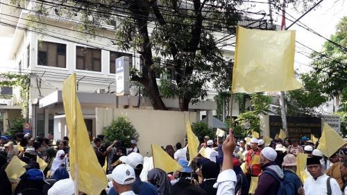 Massa berbendera kuning demo di depan Kantor Komnas HAM, Jalan Latuharhari, Menteng, Jakarta Pusat, pascaputusan MK, Jumat (28/6/2019). (Foto : Arie Dwi Satrio/Okezone)