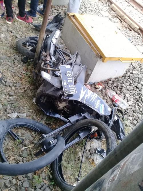 Kecelakaan Pemotor Tersambar KRL di Perlintasan Kereta Depan Kampus IISIP, Lenteng Agung, Jakarta (foto: Ist)