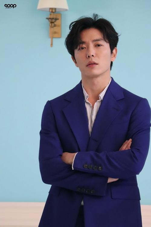 Agensi menegaskan bahwa tangan yang ada dalam foto bukan milik Kim Jae Wook. (Foto: SOOP Management)