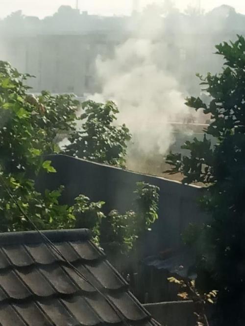 Polusi Udara Akibat Asap Pembuatan Areng Batok di samping Jalan Tol Desari, Kelurahan Krukut, Kecamatan Limo, Depok, Jawa Barat (foto: Ist)