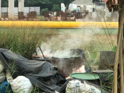 Polusi Udara Akibat Asap Pembuatan Arang Batok di samping Jalan Tol Desari, Kelurahan Krukut, Kecamatan Limo, Depok, Jawa Barat (foto: Ist)