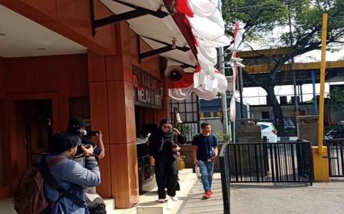 Denada tampak mendatangi Mapolrestro Jakarta Barat untuk menemui sang mantan suami. (Foto: Okezone/Adiyoga Priambodo)