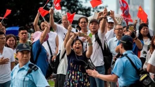Pengunjuk rasa pro-Beijing mendukung para polisi. (AFP)