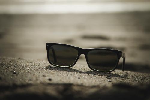 Ilustrasi kacamata hitam