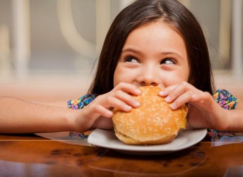 anak makan junk food