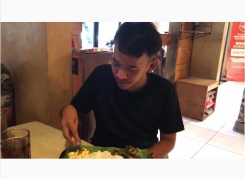 Ruben Onsu Makan ikan asin