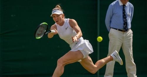Simona Halep saat tampil di Wimbledon 2019