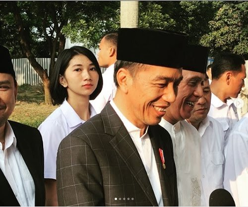 Seperti Jokowi, busana paspampres saat bertugas mengawal juga pakai kemeja putih.