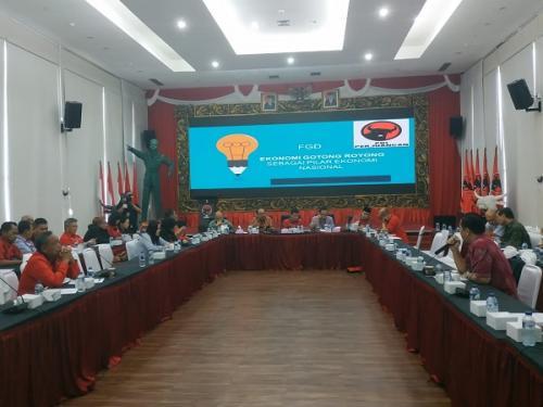 PDIP gelar focus group discussion (FGD) dengan tema Ekonomi Kerakyatan Berdasarkan Ekonomi Gotong Royong di DPP PDIP, Diponegoro, Jakarta, Kamis (4/7/2019). (Foto : Fakhrizal Fakhri/Okezone)