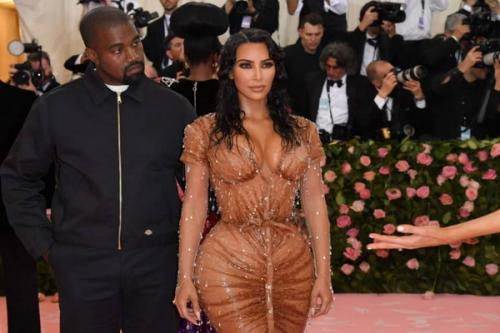 Siapa yang tidak kenal dengan Kim, bentuk payudara yang berisi membuat Kim seringkali memamerkannya dengan pakaian tembus pandang
