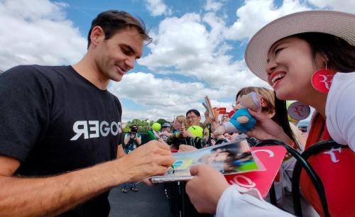 Roger Federer bertemu dengan para fans
