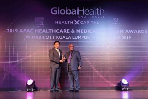 Manajemen OMNI Hospital menerima penghargaan Global Health