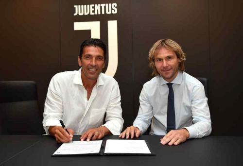 Gianluigi Buffon menandatangani kontrak selama semusim di Juventus (Foto: Laman resmi Juventus)