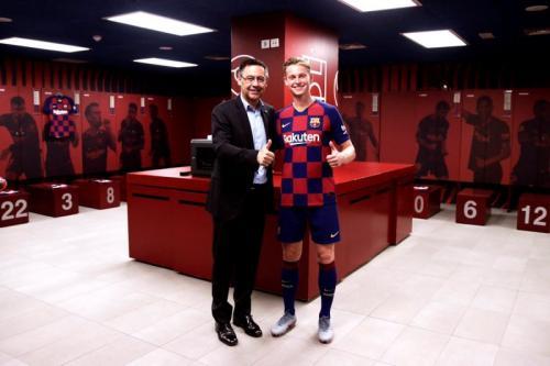Frenkie De Jong bersama presiden Barcelona