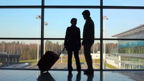 pasangan di bandara