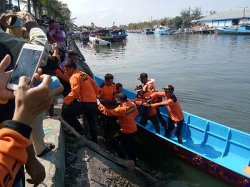 Evakuasi jenazah remaja yang terseret palung Pantai Kemiren Cilacap. (ist)