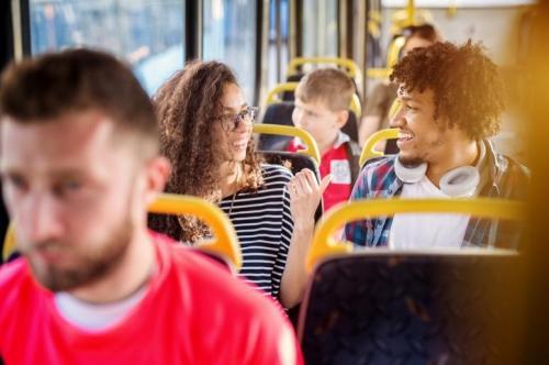 Mengobrol di bus