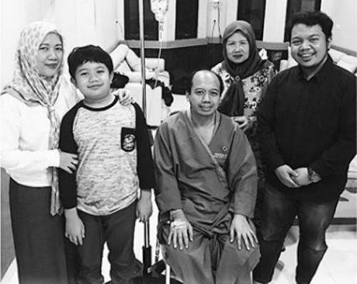 Sutopo Purwo Nugroho bersama keluarga ketika menjalani pengobatan. (Foto: Instagram @ivanka_rizaldy)