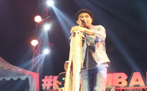 Pria di atas panggung