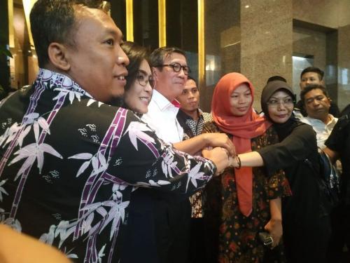Baiq Nuril Usai Temui Menkumham Yasonna Laoly di Kantor Kemenkumhan, Jakarta (foto: Arie DS/Okezone)