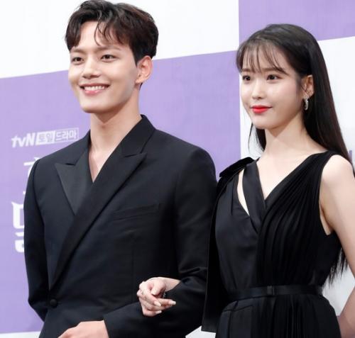 IU dan Yeo Jin Goo saat konferensi pers