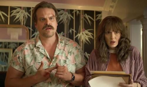 Jim Hopper dan Joyce di Stranger Things 3