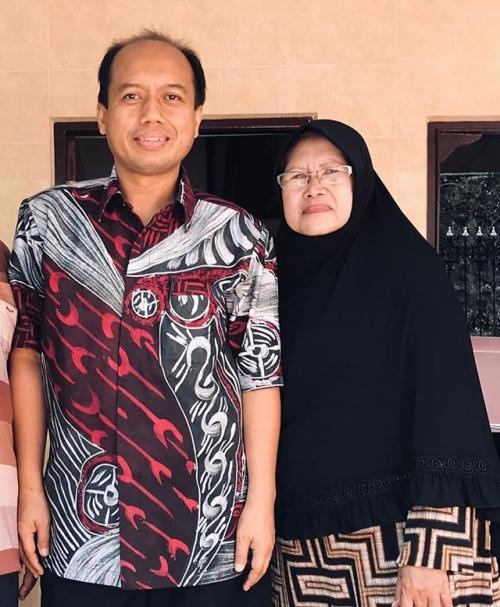 Sutopo bersama ibunya