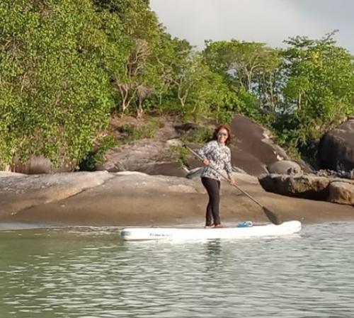 Wanita di atas paddleboard