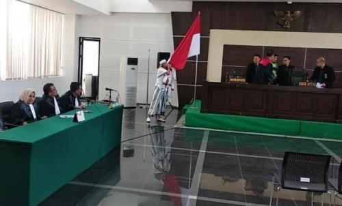 Habib Bahar bin Smith mencium bendera Indonesia usai divonis 3 tahun penjara oleh majelis hakim PN Bandung. (Foto : CDB Yudistira/Okezone)