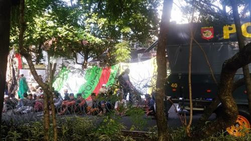 Pendukung Habib Bahar bin Smith di luar PN Bandung. (Foto: CDB Yudistira/Okezone)