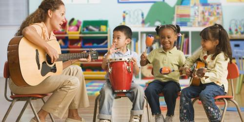 stmulus anak main musik