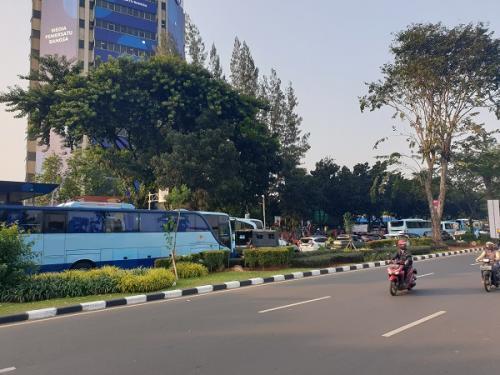 Lalu lintas di depan Stadion Utama Gelora Bung Karno dari Senayan menuju Slipi dan Semanggi macet di tengah laga Persija Vs Persib. (Foto : Puteranegara Batubara/Okezone)