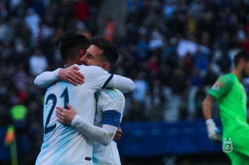 Paulo Dybala dan Lionel Messi berpelukan