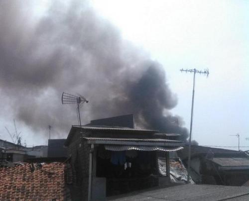Kebakaran rumah tinggal dekat Stasiun Manggarai. (Foto: Twitter @BPBDJakarta)
