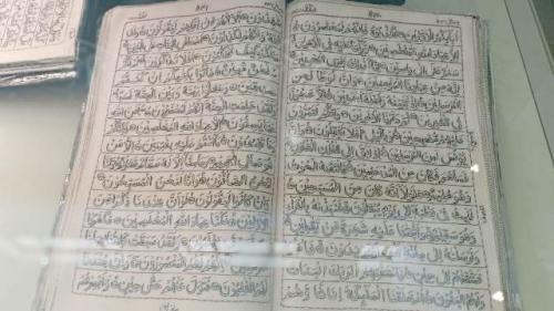 Alquran di museum Madinah disulam selama 32 tahun. (Foto: Widi Agustian/Okezone)