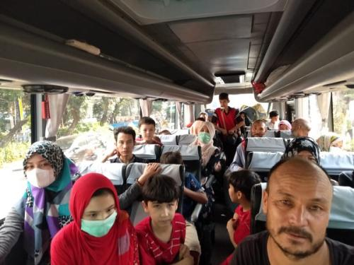 Para pencari suaka yang mendirikan tenda di trotoar Jalan Kebon Sirih dipindahkan ke lahan eks Kodim Jakarta Barat di Kalideres. (Foto : Fadel Prayoga/Okezone)