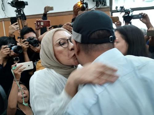 Ratna Sarumpaet mencium anaknya usai divonis 2 tahun penjara oleh majelis hakim di PN Jaksel. (Foto : Harits Tryan Akhmad/Okezone)