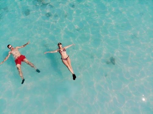 BCL dan Ashraf Sinclair menikmati berenang di Pantai Pink, Flores. (Foto: Instagram)