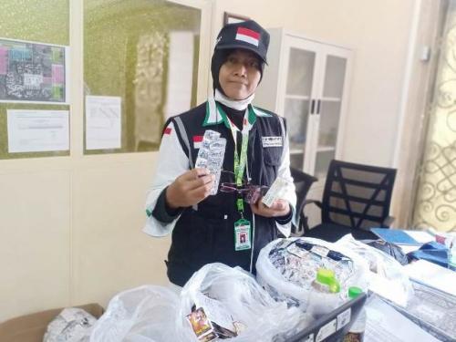 Petugas amankan jamu-jamu jamaah haji. (Foto: Widi Agustian/Okezone)