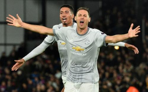 Chris Smalling dan Nemanja Matic (Foto: AFP)