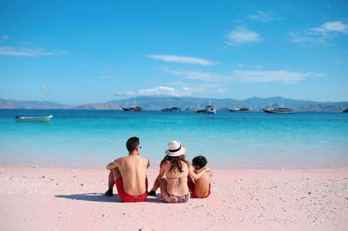 BCL dan keluarga kecilnya menikmati hilir mudik kapal Phinisi di Pantai Pink. (Foto: Instagram)