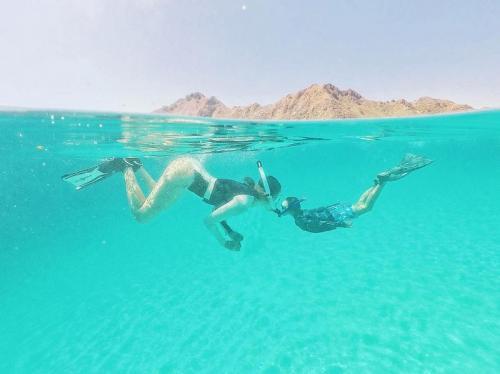 Bunga Citra Lestari saat snorkeling bersama sang putra di Pulau Taka Makassar. (Foto: Instagram)