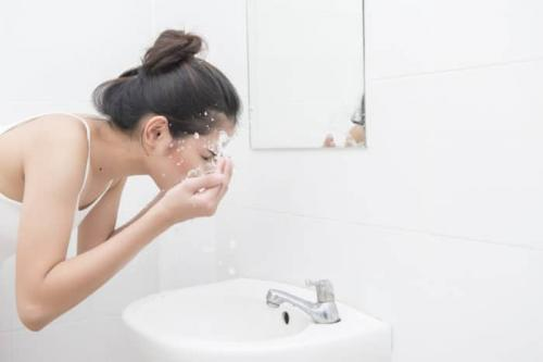 membersihkan wajah